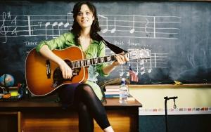 Девушка с акустической гитарой